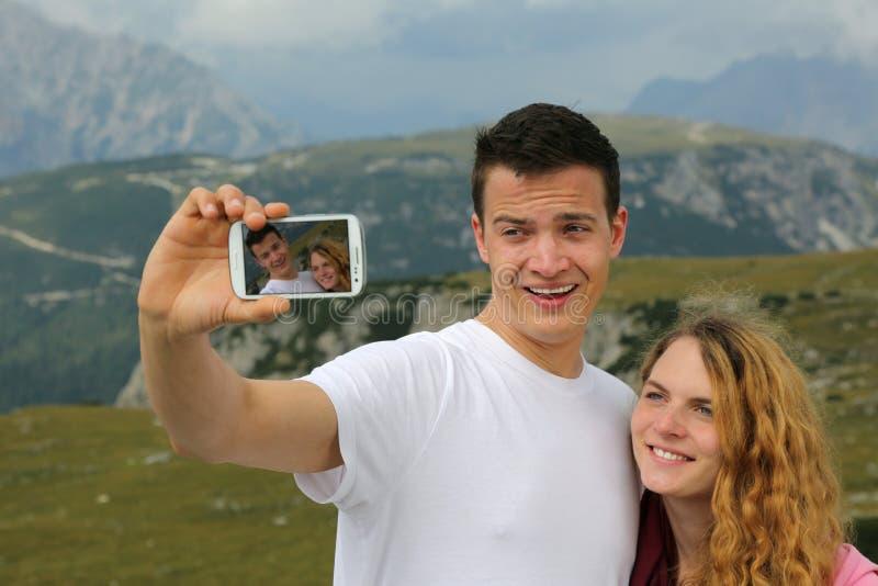 Prendre des photos avec un smartphone comme mémoire de vacances image libre de droits