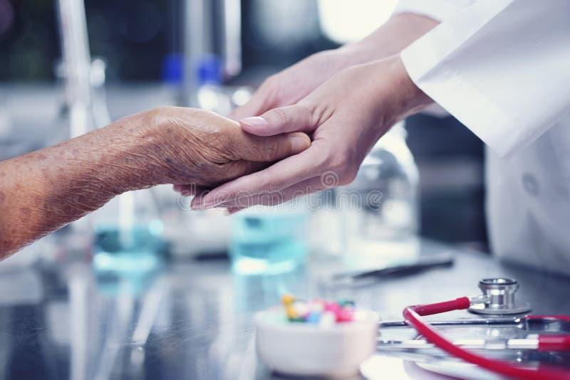 Prendre soin des personnes âgées, docteur soulageant le patient, As photographie stock libre de droits