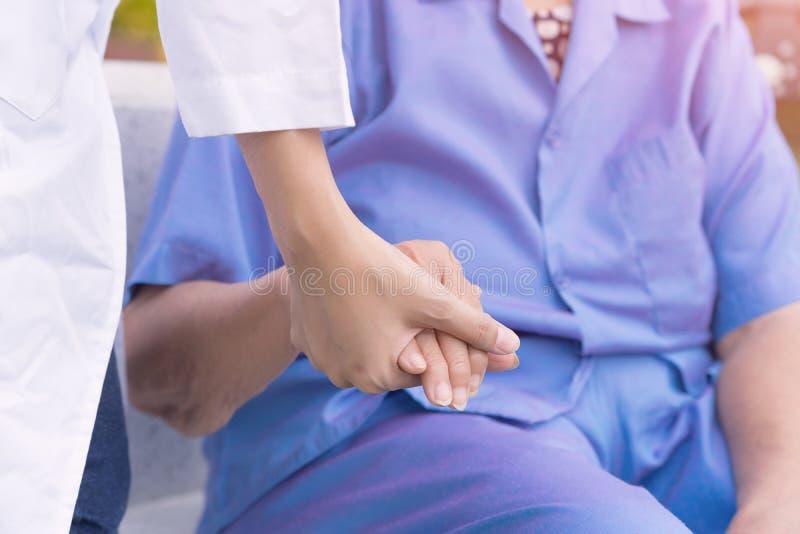 Prendre soin des personnes âgées, infirmière soulageant le patient image libre de droits