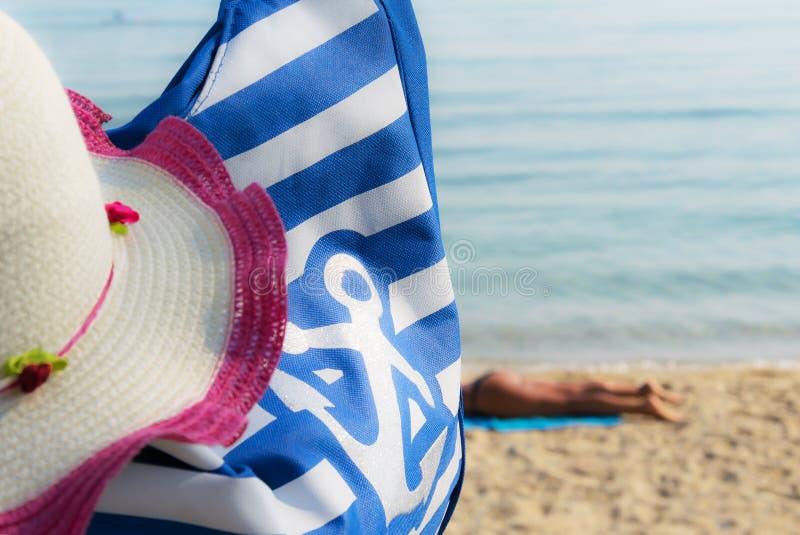 Prendre un bain de soleil de plage images libres de droits