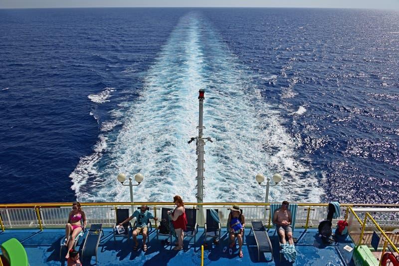 Prendre un bain de soleil sur un bateau de croisière photo libre de droits
