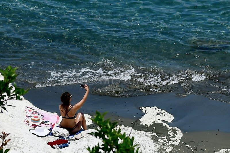 Prendre un bain de soleil sur les roches blanches de la plage de Governos en Chypre photos stock