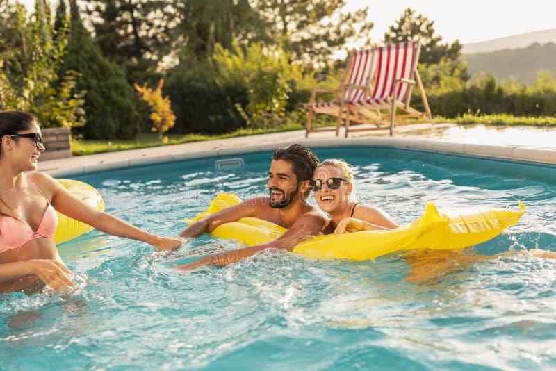 Prendre un bain de soleil sur un matelas de flottement photographie stock