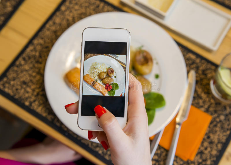Prendre une photo de la nourriture photographie stock