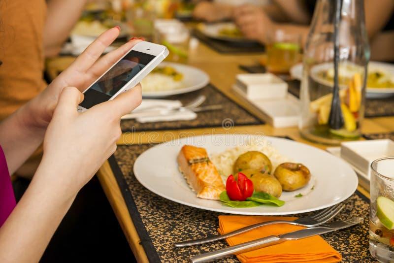 Prendre une photo de la nourriture image libre de droits