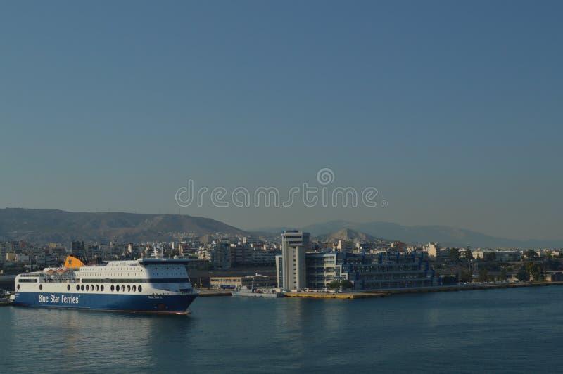 Prenez le port commercial de Le Pirée d'une croisière Croisières de voyage de paysages d'architecture photos libres de droits