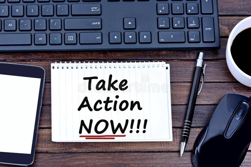 Prenez les mots d'action maintenant sur le carnet image stock