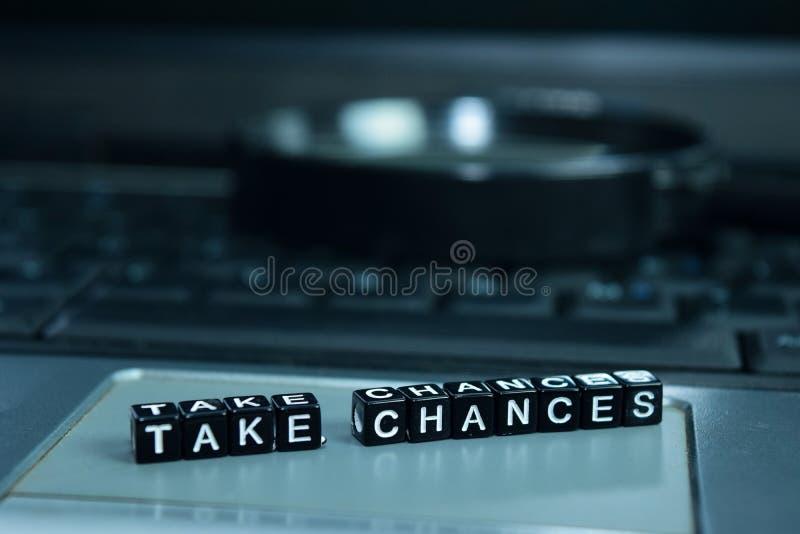 Prenez les risques textotent les blocs en bois à l'arrière-plan d'ordinateur portable Concept d'affaires et de technologie image libre de droits