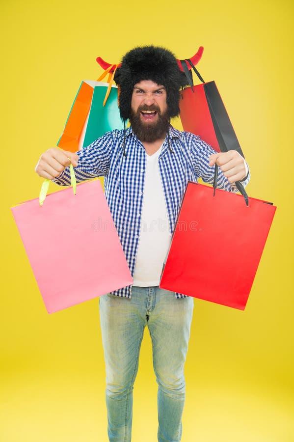 Prenez les sacs, son Black Friday Hippie heureux dans le chapeau de klaxons de taureau tenant des sacs ? provisions Homme barbu s photos libres de droits