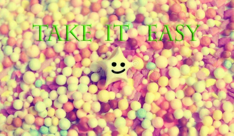 Prenez lui facile, l'étoile de sourire et les perles colorées photos libres de droits