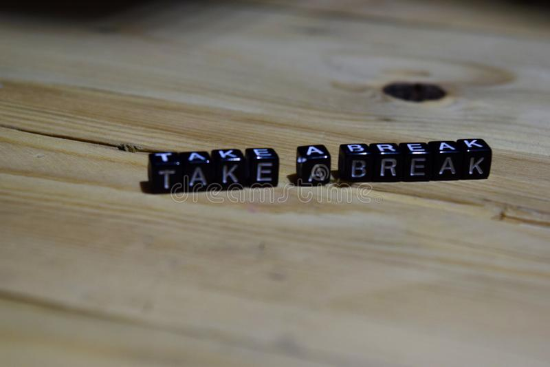 Prenez un message de coupure écrit sur les blocs en bois photographie stock libre de droits