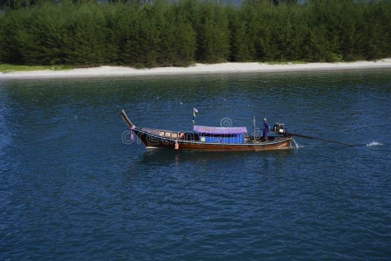 Prenez un voyage de bateau pour apprécier la destination aventureuse et romantique de vacances en Thaïlande sur la mer d'andaman photographie stock libre de droits