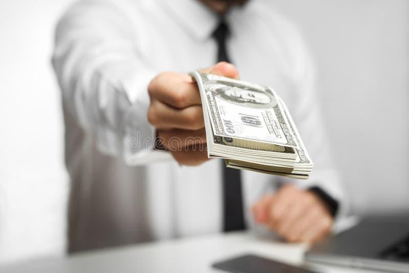 Prenez votre argent ! Le portrait du patron d'investisseur de richman dans la chemise blanche et le lien noir se reposent dans le photo libre de droits