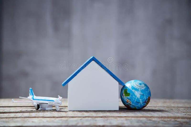 Prenotazione online Affitti per ripari Miniatura di casa con spazio di copia Turismo e concetto di viaggio nel mondo fotografia stock