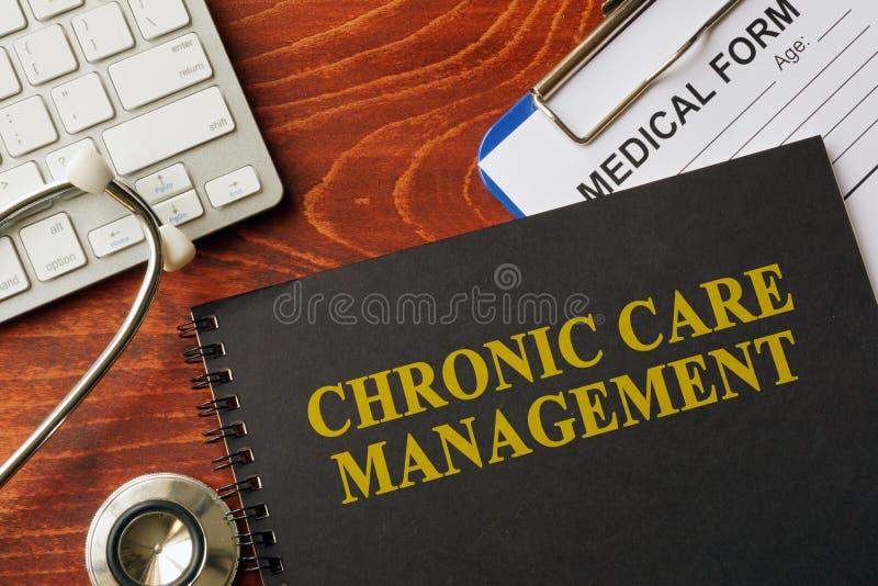 Prenoti con la gestione cronica di cura di titolo su una tavola fotografia stock libera da diritti
