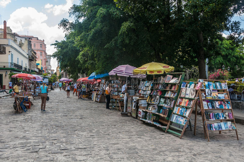 Prenoti il mercato in Plaza de las Armas, Avana, Cuba fotografia stock libera da diritti