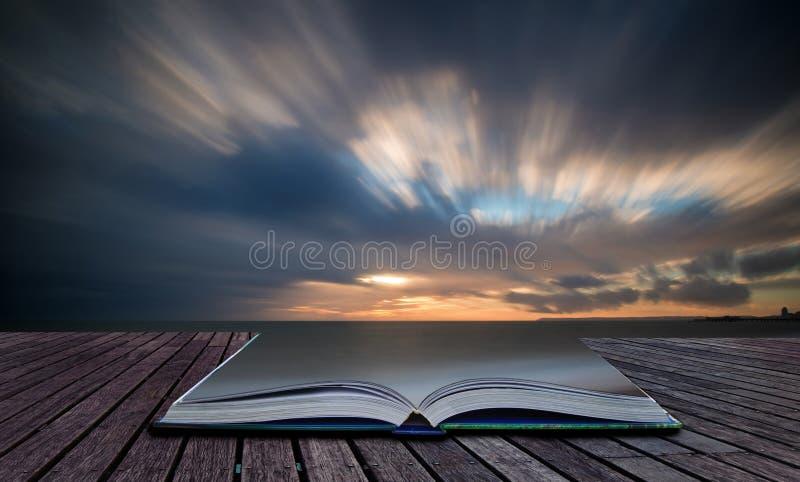 Prenoti l'immagine lunga dell'esposizione del bello tramonto di concetto sopra l'oceano immagine stock libera da diritti