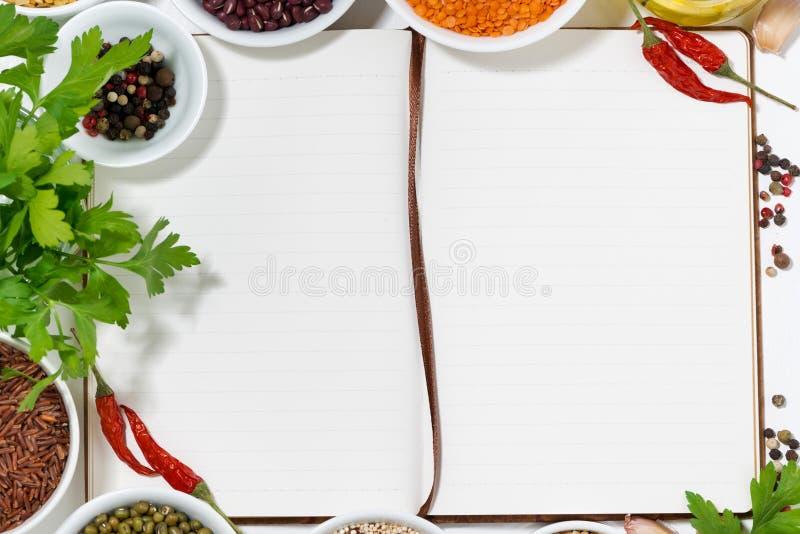 Prenoti per le ricette, le spezie e l'assortimento dei legumi, primo piano fotografie stock libere da diritti