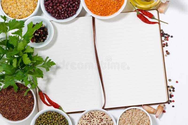 prenoti per le ricette, le spezie e l'assortimento dei legumi, vista superiore immagine stock libera da diritti