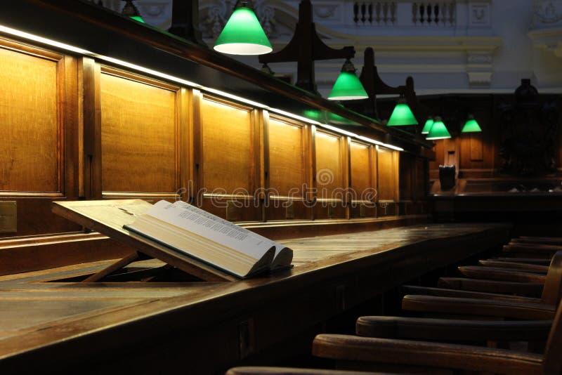 Prenoti sullo scrittorio di legno delle biblioteche, la biblioteca di stato vittoriana Melbourne fotografie stock libere da diritti