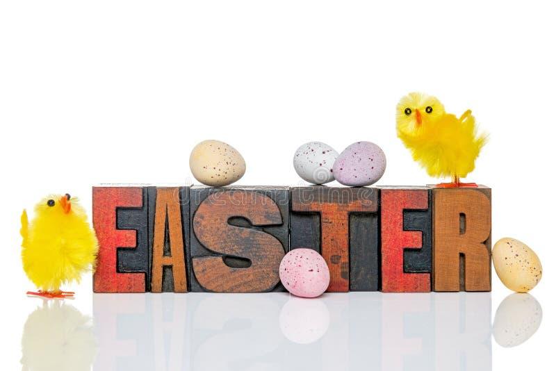 Prensa de copiar y polluelos de madera de Pascua foto de archivo libre de regalías