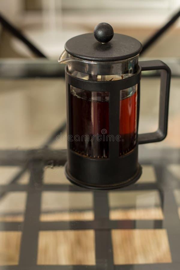 Prensa de cristal del té fotografía de archivo