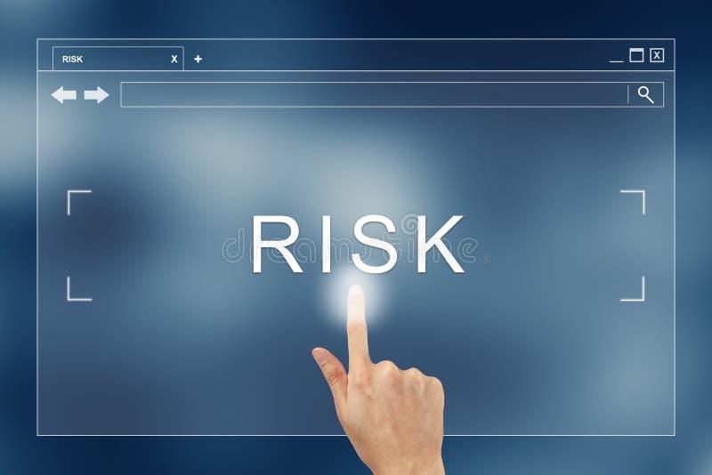 Prensa de la mano en el botón del riesgo en sitio web imagen de archivo