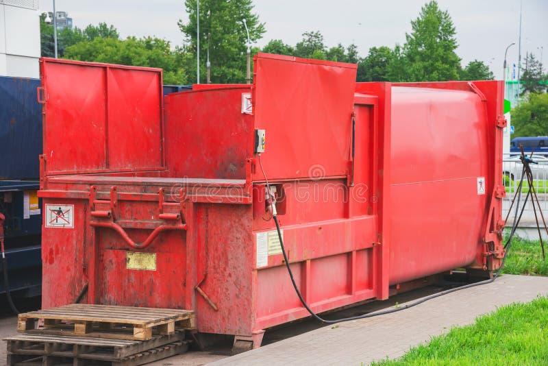 Prensa roja de la basura imagen de archivo libre de regalías