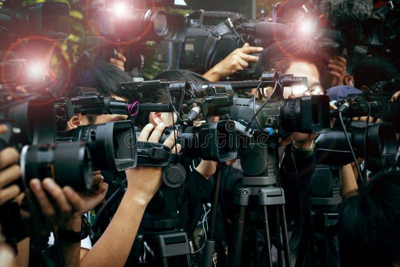 Prensa y cámara de los medios, fotógrafo video de servicio en nuevo público foto de archivo