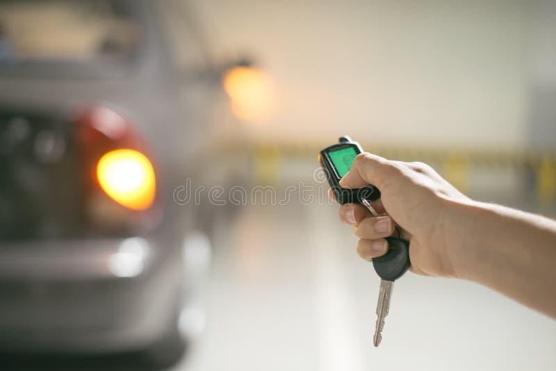 Prensas de la mano en los sistemas de alarma para coches teledirigidos fotografía de archivo libre de regalías