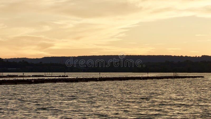 Prentbriefkaar met een verbazende zonsondergang op een meer stock afbeeldingen