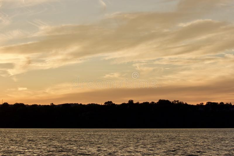 Prentbriefkaar met een verbazende zonsondergang op een meer royalty-vrije stock foto