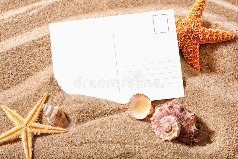 Prentbriefkaar op een strand stock afbeelding