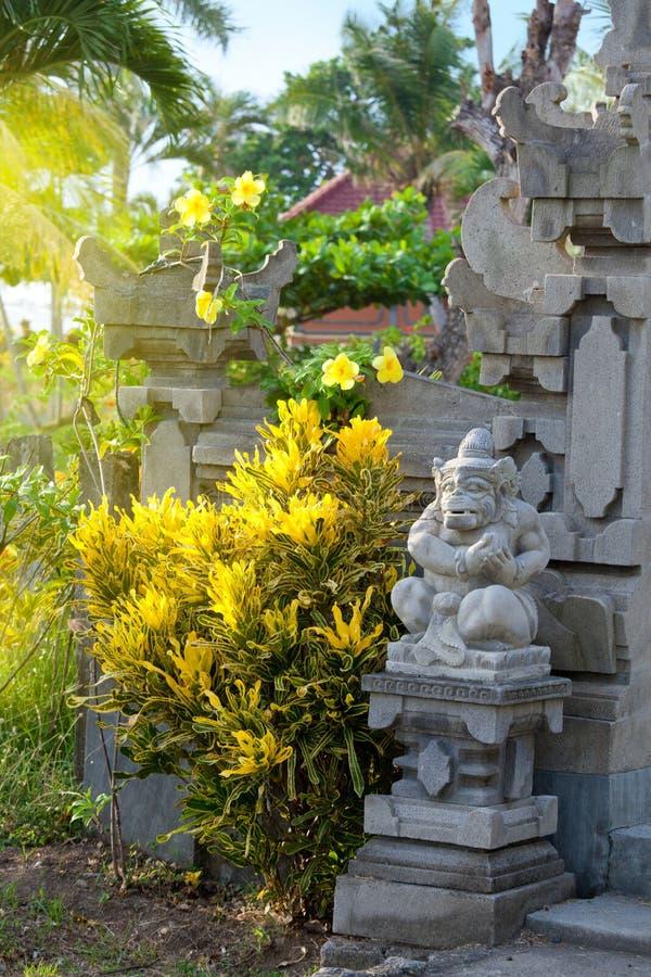 Prentbriefkaarbeeld met tropische mening, bloemen en de traditionele architectuur van Bali royalty-vrije stock foto's