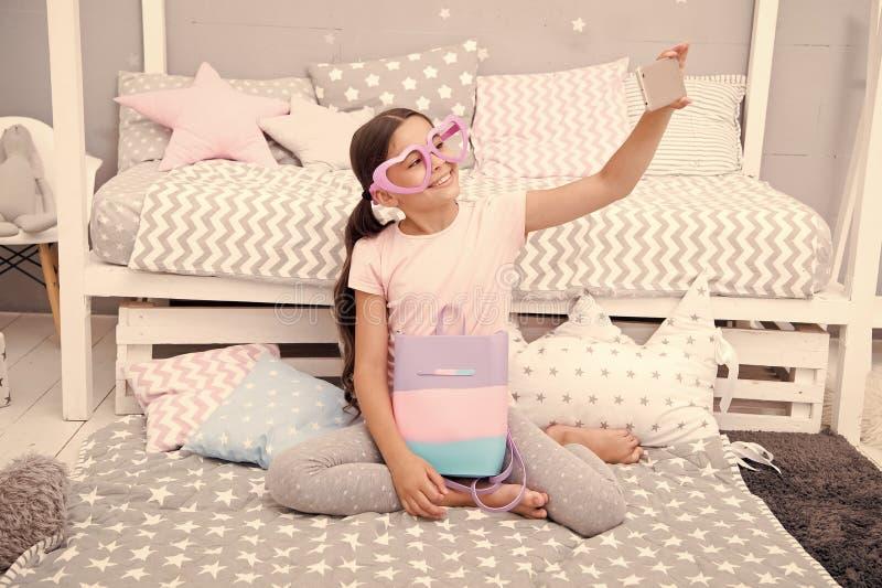 Prenumeruje jej vlog Vlogger leje si? wideo Dziewczyny dziecko leje si? wideo siedzi na ? zdjęcia royalty free