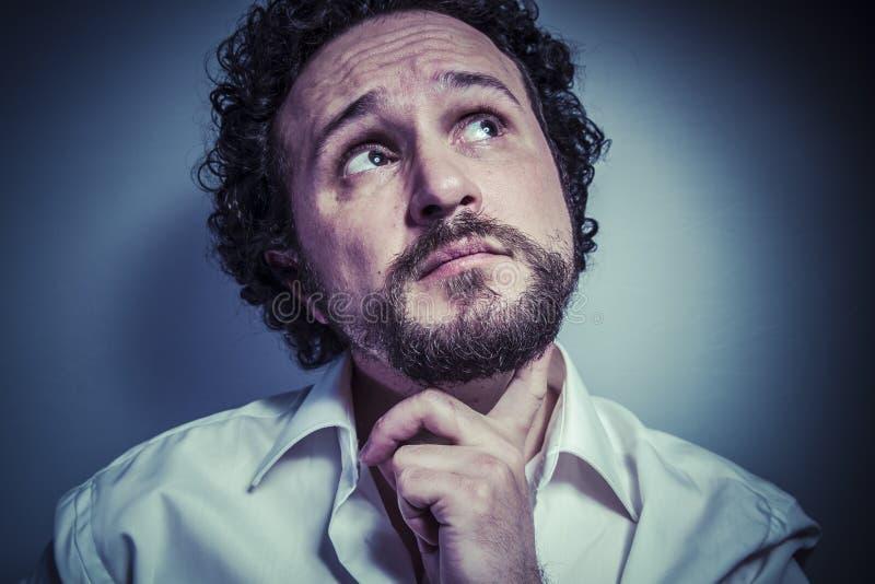 Preoccupazione per il futuro, uomo con l'espressione intensa, camicia bianca fotografia stock libera da diritti