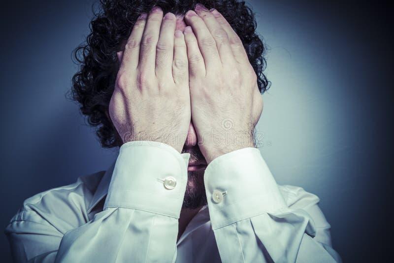 Preoccupazione per il futuro, uomo con l'espressione intensa, camicia bianca fotografie stock