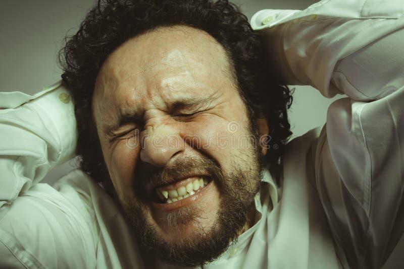 Preoccupazione per il futuro, uomo con l'espressione intensa, camicia bianca immagine stock