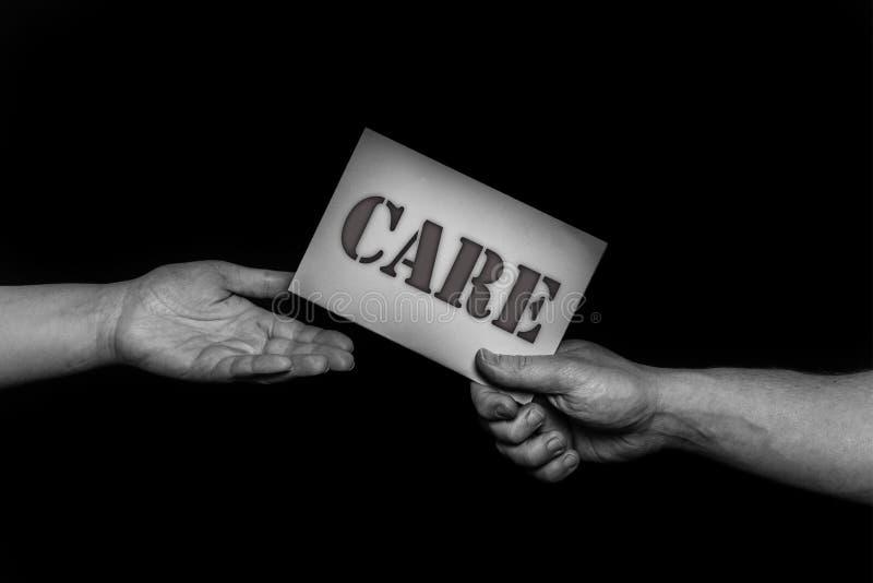 Preoccupi il concetto della pietà, le mani amiche, la cura d'offerta, l'amore, la speranza ed il supporto immagini stock