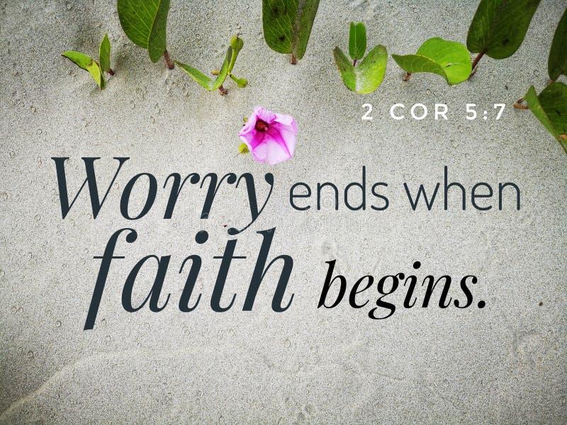 A preocupação termina quando a fé começa com o projeto do verso da Bíblia para a cristandade com fundo do Sandy Beach imagem de stock royalty free