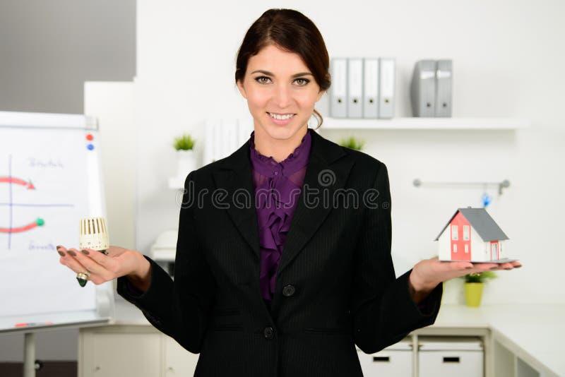 Preocupación hermosa de la mujer de negocios sobre costes de la calefacción imagenes de archivo