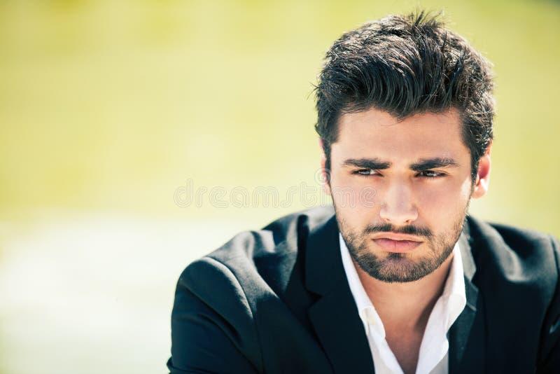 Preocupación y ansiedad Hombre joven agitado imagen de archivo