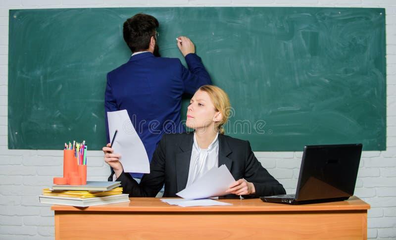 Preocupado sobre seus exames Professor e estudante no exame Homem de neg?cios e secret?ria port?til do uso dos pares do neg?cio e imagem de stock