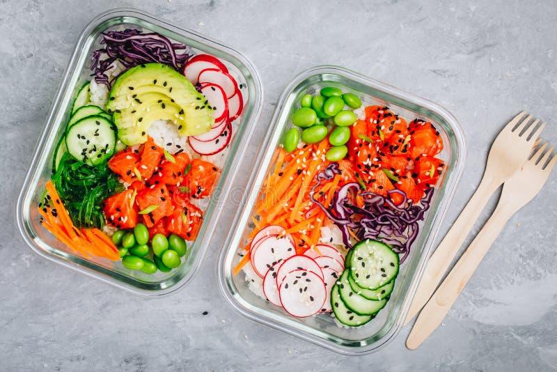 Prep containers van de pormaaltijd met zalm, rijst, radijs, komkommer en avocado royalty-vrije stock afbeelding