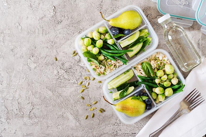 Prep containers van de veganist de groene maaltijd met rijst, slabonen, spruitjes stock fotografie