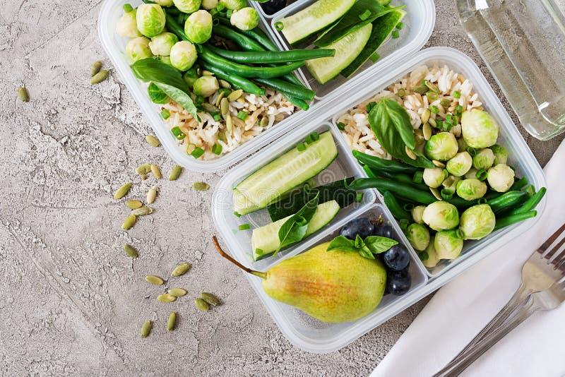 Prep containers van de veganist de groene maaltijd met rijst, slabonen, spruitjes stock afbeeldingen