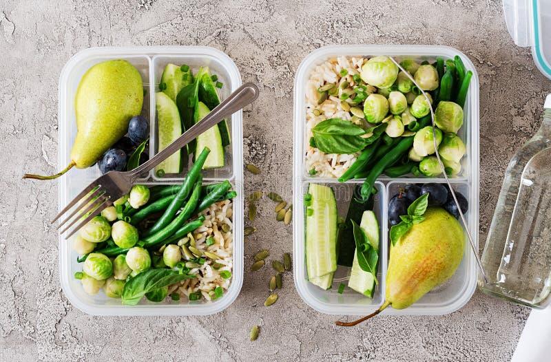 Prep containers van de veganist de groene maaltijd met rijst, slabonen, spruitjes royalty-vrije stock afbeelding
