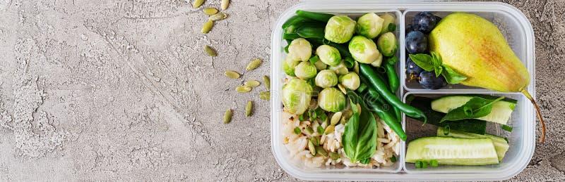 Prep containers van de veganist de groene maaltijd met rijst, slabonen, spruitjes stock foto's