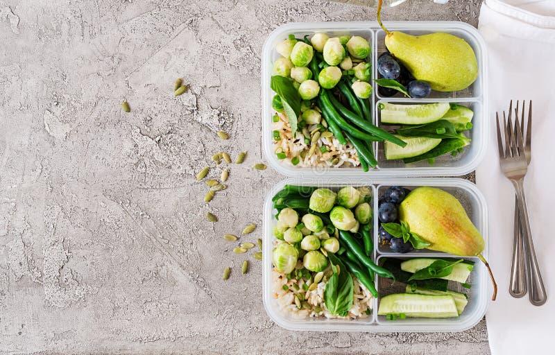 Prep containers van de veganist de groene maaltijd met rijst, slabonen, spruitjes, komkommer stock fotografie
