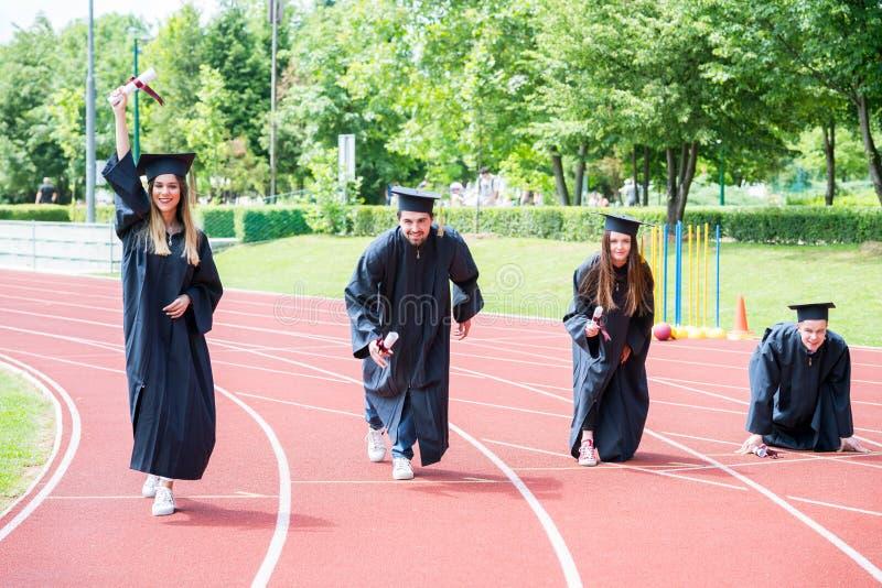 Prep graduatiegroep studenten die op atletisch spoor vieren, royalty-vrije stock fotografie